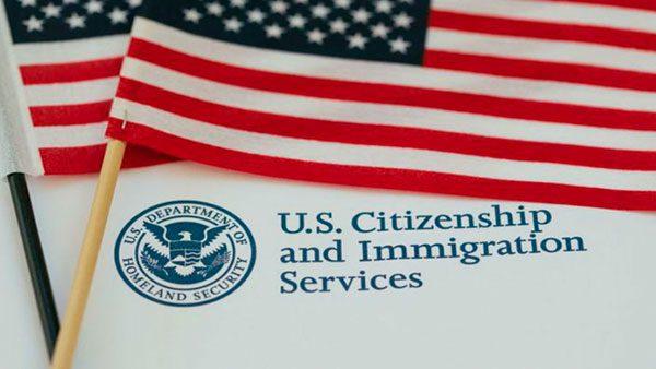 Juez federal bloquea aumento de tarifas de USCIS
