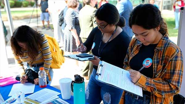 Racismo, coronavirus y economía: razones para votar de jóvenes latinos