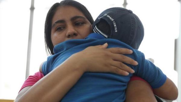 Familias migrantes en custodia de ICE podrían ser liberadas