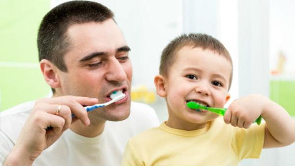 Cepillarse bien los dientes ayuda en la prevención de COVID